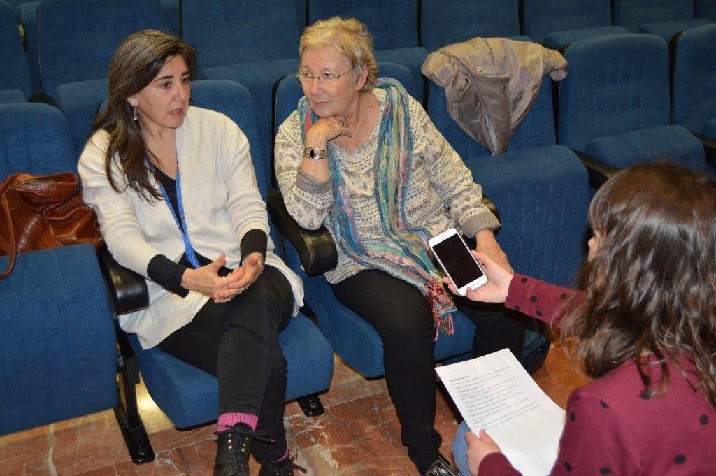 Teresa Aranguren y Sandra Barrilaro charlan con una de las redactoras de InformaUVa   Fotografía: Ángela Cabestrero