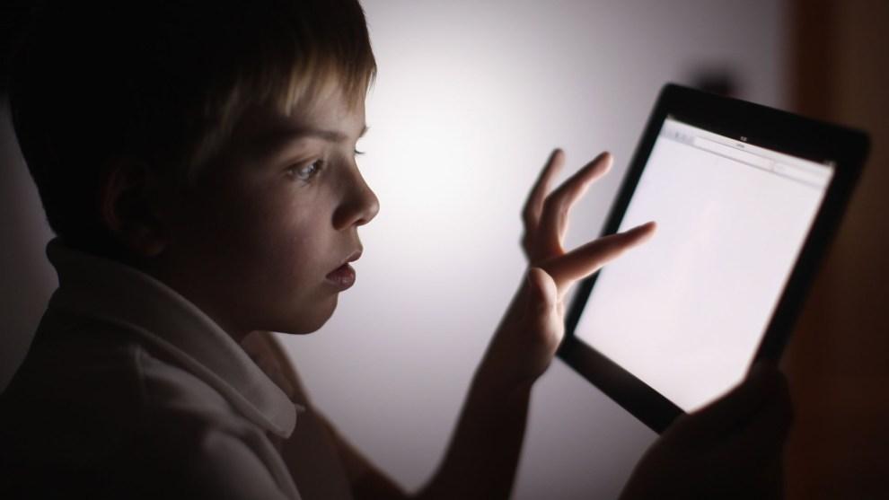 El cierre de los colegios provoca que el consumo de Internet de los menores españoles crezca hasta un 180 por ciento, según un informe de Qustodio