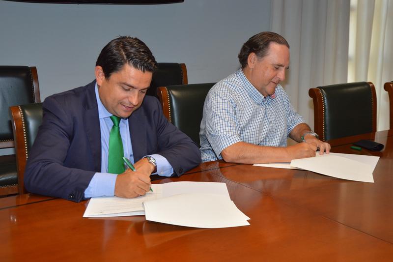 Firma del acuerdo rubricado por el rector de la UCV, José Manuel Pagán, y Miguel Ángel Nogueras Carrasco, presidente de GEPACV./archivo informaValencia.com