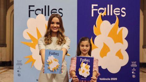 Consuelo Llobell y Carla García posan con la cartelería gráfica de las Fallas 2020/JCF