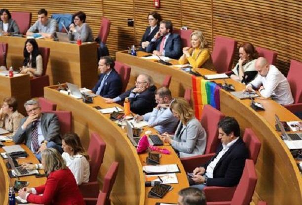 Los diputados de Ciudadanos han colocado una bandera LGTBI en su bancada de Les Corts./Twitter