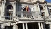 El balcón del Ayuntamiento luce un lazo negro en señal de duelo por las Fallas 2020/Img. Belén Martínez