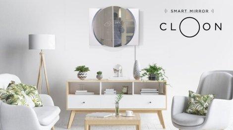Cloon reflejando el pronóstico del tiempo en el salón de un hogar.