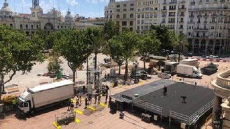 Trabajos de montaje en la plaza del Ayuntamiento del escenario para el concierto homenaje. /informaValencia.com