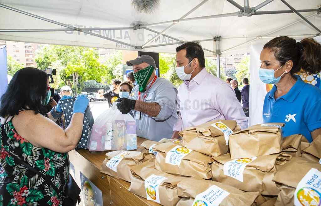El presidente del Valencia, Anil Murhty y el chef José Andrés, durante el reparo de alimentos/VCF
