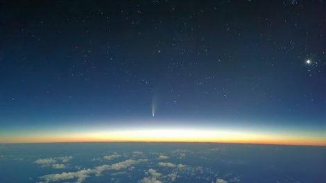 El cometa Neowise visto desde la cabina de un avión comercial/Img. Carlos Salas