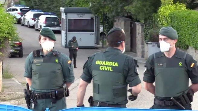 En la imagen, el amplísimo despliegue de la Guardia Civil para proteger la casa de Pablo Iglesias - twitter
