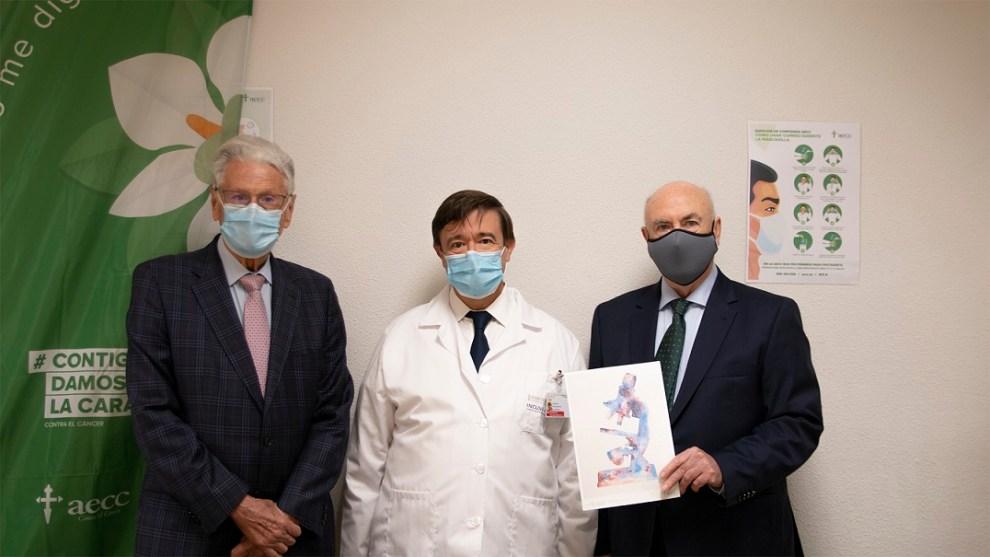 En la fotografía, el Dr. Cervantes, entre Antonio Llombart y Tomás Trenor, vicepresidente y presidente de la AECC-Valencia, respectivamente./ Incliva