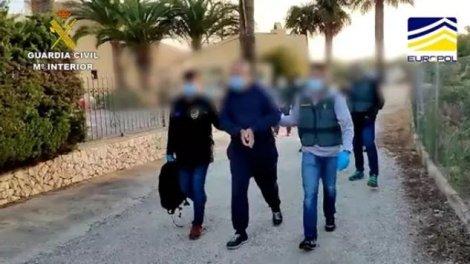 Los agentes trasladan al detenido para tomarle declaración. / Img. Guardia Civil