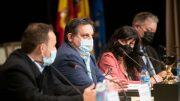 En el centro de la imagen, Manuel Furió, Presidente Asociación de Medios Digitales de la Comunidad Valenciana durante su intervención/Kike Taberner