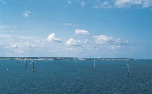 Ветродвигатели на море в Vindeby.