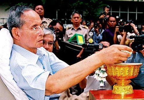 Le Roi de Thaïlande vient saluer ses sujets