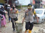 BKO Polres Lutim Bantu Evakuasi Barang Warga Akibat Bencana Banjir