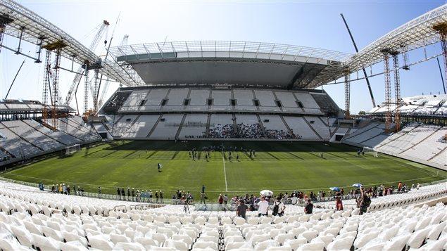 Le stade de Sao Paulo livré inachevé