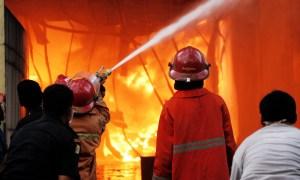 Satu unit ruko hangus dilalap api akibat kebakaran di Kota Solok, tepatnya di Jalan Pattimuran kawasan terminal Bareh Solok pada kamis siang (15/1).