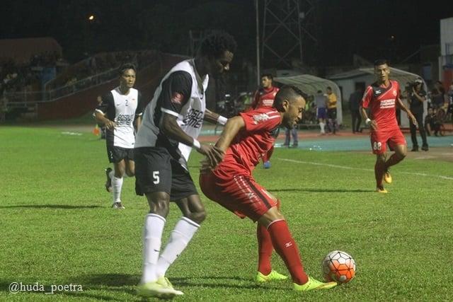 Marcel Silva berusaha melewati pemain bertahan PSM Makasar
