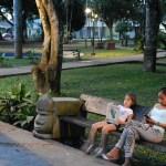 Madre e hija comparten la lectura en el Parque Santander de la ciudad de Leticia, Amazonas, Colombia.