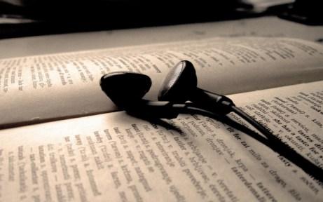 audifonos_en_un_libro-1280x800