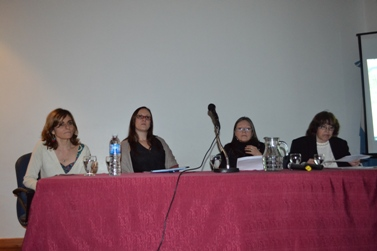 de izquierda a derecha: Dra. Eva Da Porta (Directora Artec); Lic. Paola Azrilevich (Coodinadora de la Secretaria Ejecutiva del Sistema Nacional de Repositorios Digitales), Lic. Ana Alderete (Secretaria de Asuntos Académicos de la UNC), Lic. Prof. Alejandra M. Nardi (Directora de OCA)