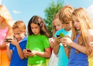 Crianças usando celular