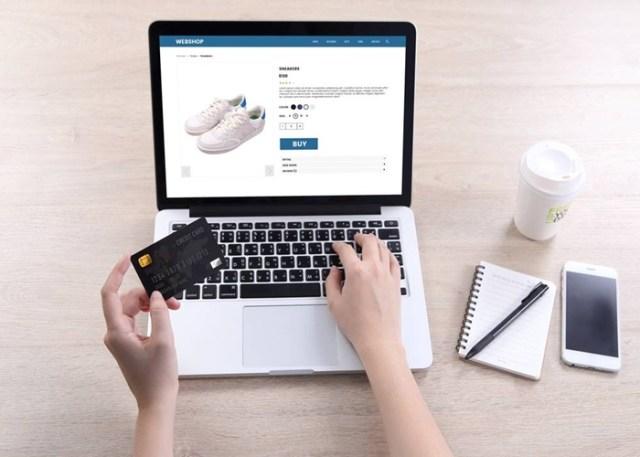 Pessoa comprando na internet com cartão de crédito