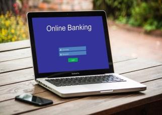 Mulher utilizando internet banking - Como Fugir dos Golpes em Transações Bancárias Online.