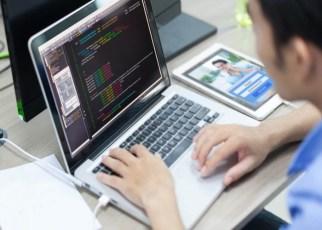 Homem programando no computador