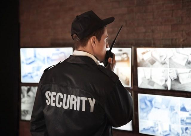 segurança falando no rádio - setor de segurança