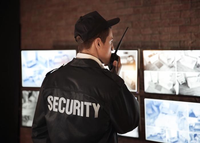 segurança falando no rádio
