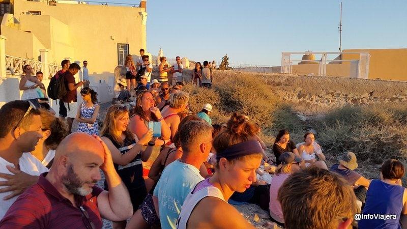 multitud_esperando_atardecer_oia_santorini_grecia