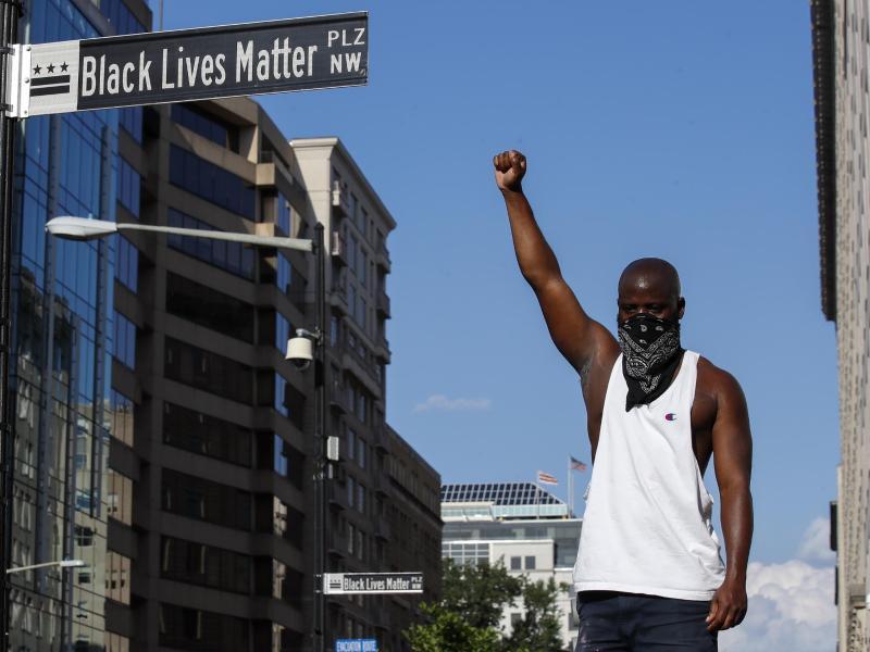Aufgereckte Faust auf dem umbenannten «Black Lives Matter»-Platz in Washington. Foto: Alex Brandon/AP/dpa