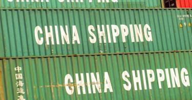 Container mit der Aufschrift «China Shipping», stehen im Hafen von Shanghai. Foto: Ole Spata/dpa