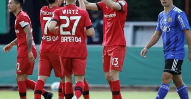 Die Spieler von Bayer Leverkusen feiern das Tor zum 2:0 gegen den FC Saarbrücken. Foto: Ronald Wittek/epa Pool /dpa