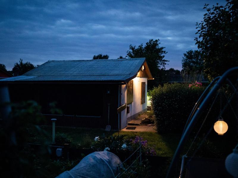 Eine Gartenlaube, einer der Tatorte des vermutlichen Haupttäters in einem Missbrauchsfall. Foto: Marcel Kusch/dpa