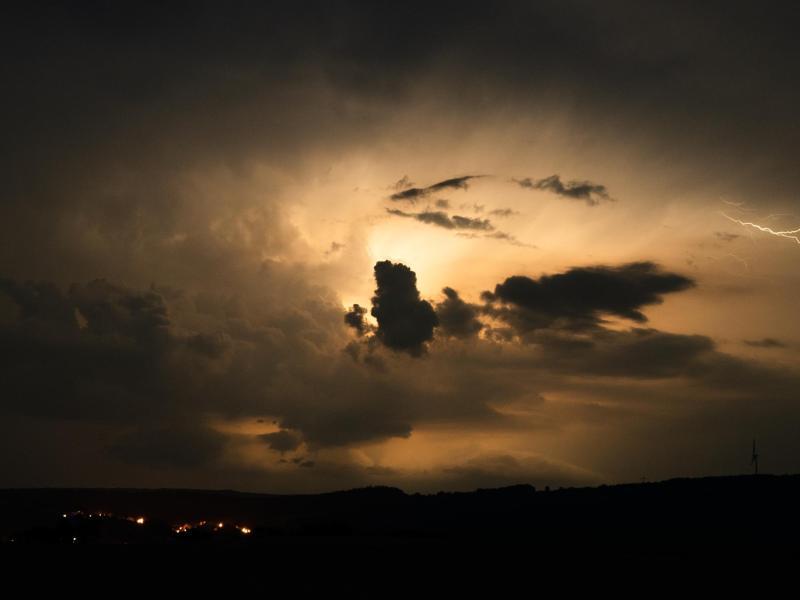 Blitze entladen sich über Zapfendorf. Foto: Nicolas Armer/dpa