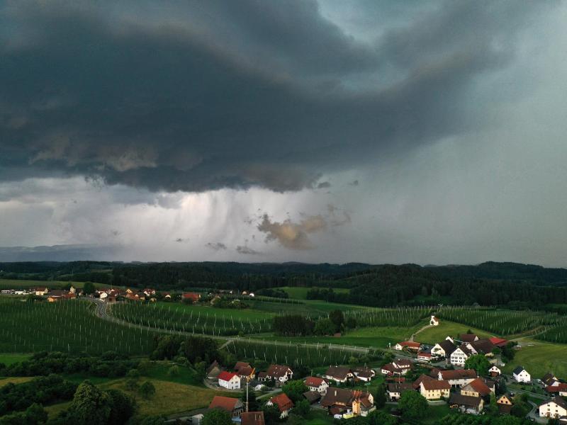 in Gewitter zieht von den Alpen Richtung Allgäu. Kurz darauf begann es stark zu regnen. Foto: Felix Kästle/dpa