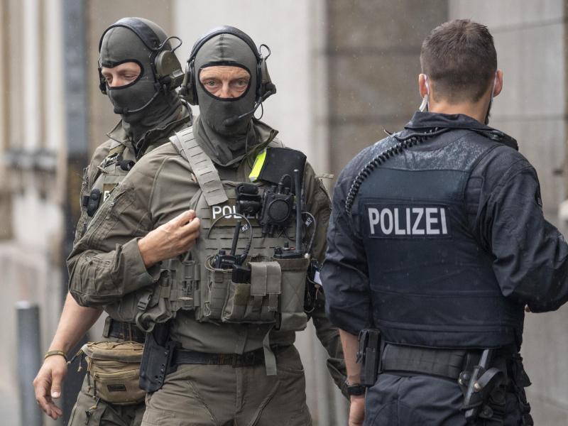 Beamte des Spezialeinsatzkommandos (SEK) der Polizei sichern vor der Ankunft der Angeklagten das Gerichtsgebäude. Foto: Boris Roessler/dpa