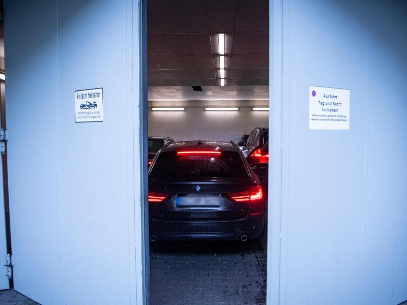 Die Tore der Sicherheitsschleuse am Landgericht schließen sich hinter den Fahrzeugen, mit denen die Angeklagten im Mordfall Lübcke ins Gerichtsgebäude gebracht worden sind. Foto: Boris Roessler/dpa