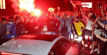 Bielefeld-Fans feiern vor dem Stadion den Sieg und damit den nahezu feststehendenf Aufstieg. Foto: Friso Gentsch/dpa
