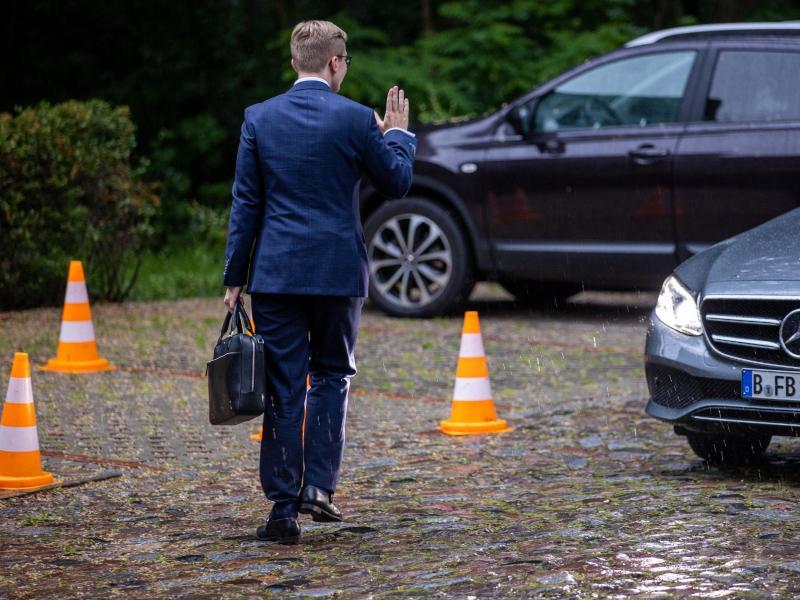 Philipp Amthor verlässt am Freitag nach der Sitzung des CDU-Landesvorstandes das Tagungshotel in Güstrow. Foto: Jens Büttner/dpa-Zentralbild/dpa