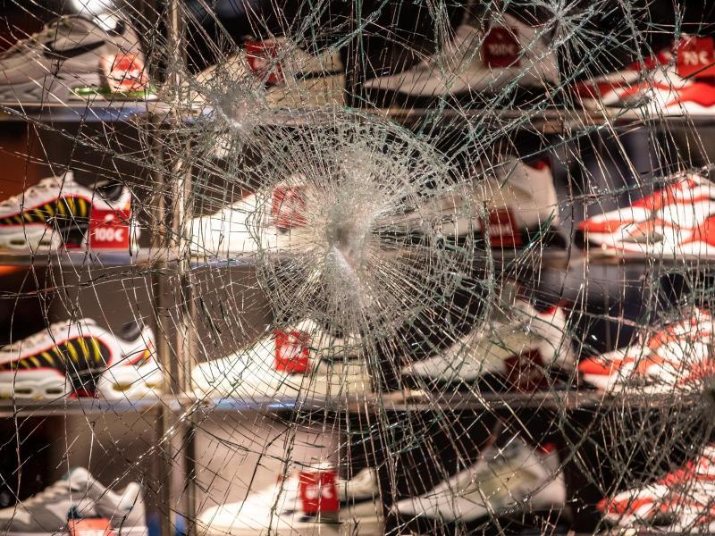 Ein Schaufenster in der Königstraße wurde stark beschädigt. Foto: Christoph Schmidt/dpa