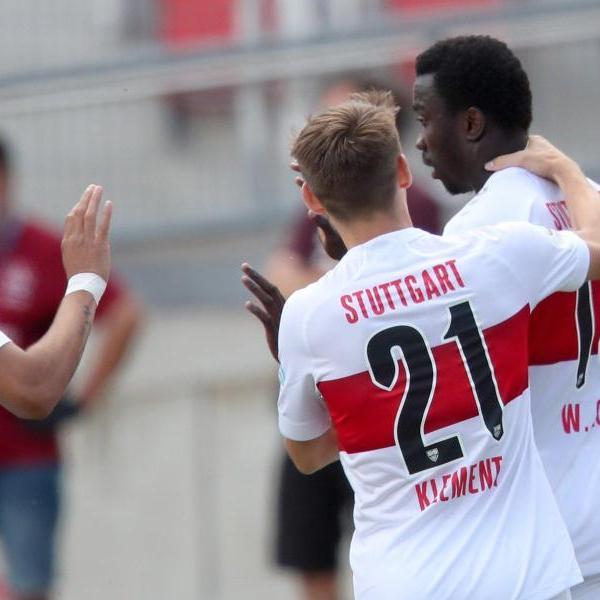Der Stuttgarter Silas Wamangituka (r) jubelt mit Nicolas Gonzalez (l) und Philipp Klement über seinen Treffer zum 1:0. Foto: Daniel Karmann/dpa