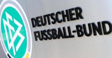 DFB-Logo und Schriftzug vor der Zentrale des Deutschen Fußball-Bundes in Frankfurt am Main. Foto: picture alliance / Arne Dedert/dpa