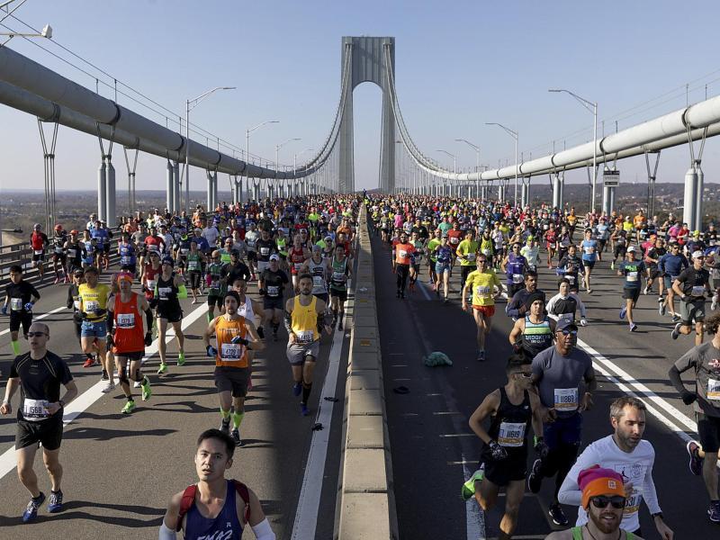 Läufer überqueren beim New York Marathon die Verrazano Narrows Bridge in Staten Island, New York. Foto: Julius Motal/AP Photo/dpa