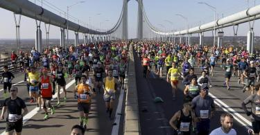 Läufer überqueren beim New York Marathon die Verrazano Narrows Bridge in Staten Island, New York. Foto: Julius Motal/AP Photo/dpa