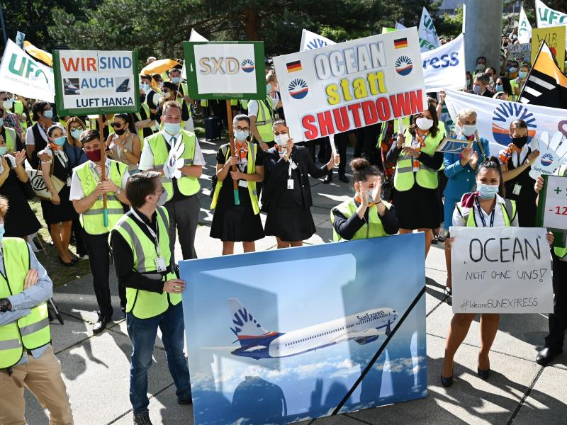 Mitarbeiter von Lufthansa und Sun Express demonstrieren vor der Lufthansa-Zentrale am Frankfurter Flughafen für ihre Arbeitsplätze. Foto: Arne Dedert/dpa