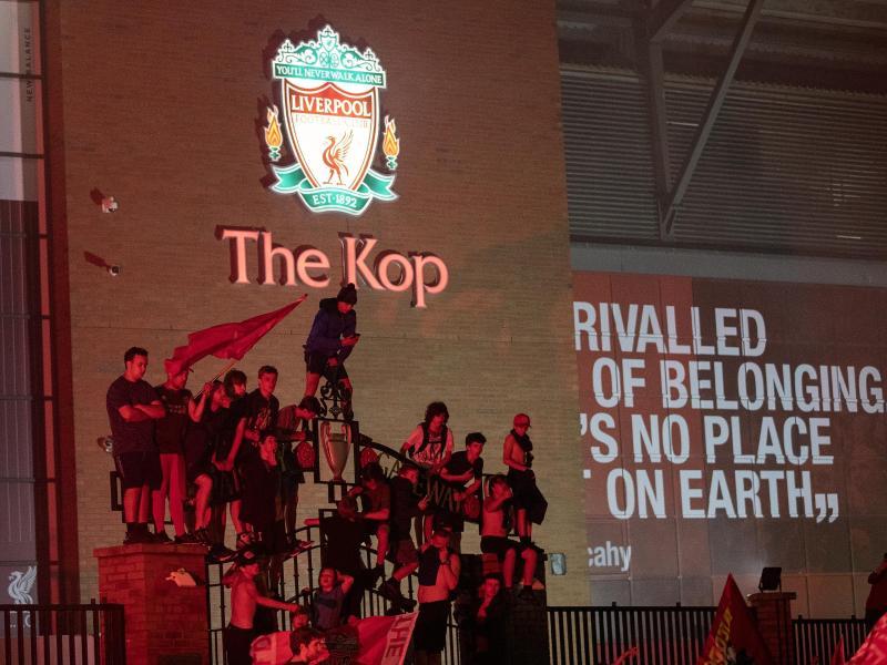 Die Liverpool-Fans feiern die Meiserschaft. Foto: Peter Byrne/PA Wire/dpa