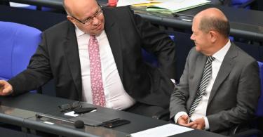 Finanzminister Olaf Scholz und Wirtschaftsminister Peter Altmaier bei der Sondersitzung des Bundestags. Foto: Bernd Von Jutrczenka/dpa