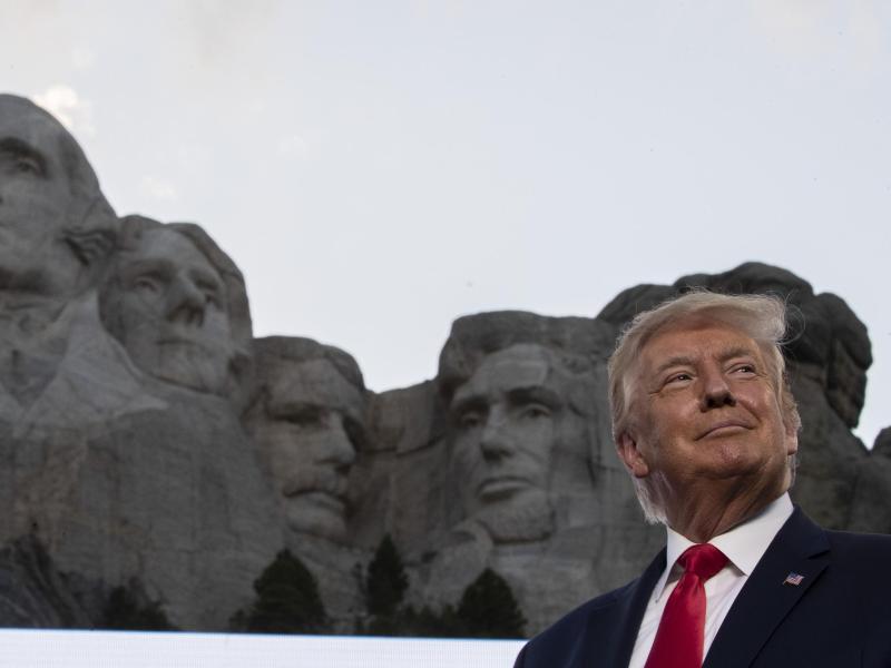 Anlässlich des Unabhängigkeitstages steht US-Präsident Trump am Rushmore-Denkmal. Foto: Alex Brandon/AP/dpa