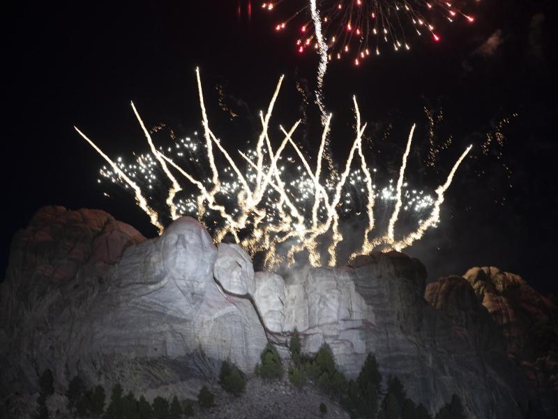 Ein Feuerwerk erhellt den Himmel am Denkmal Mount Rushmore. Foto: Alex Brandon/AP/dpa